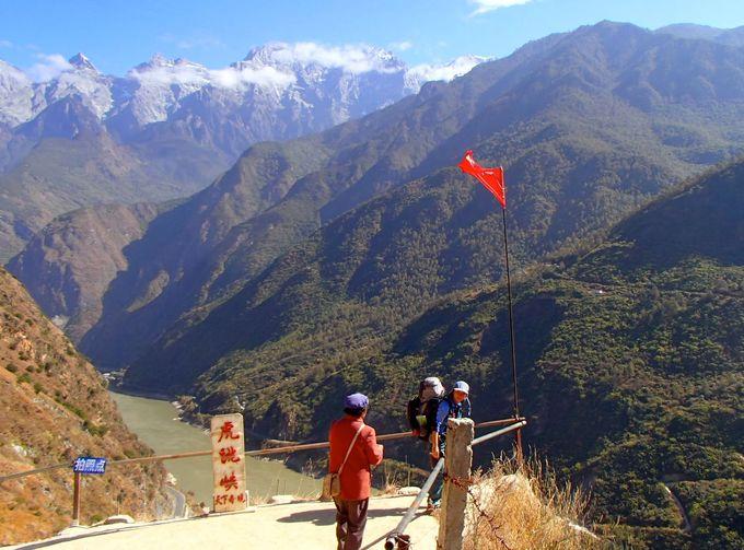 中国雲南省の世界遺産「虎跳峡」に少数民族の村を訪ねて