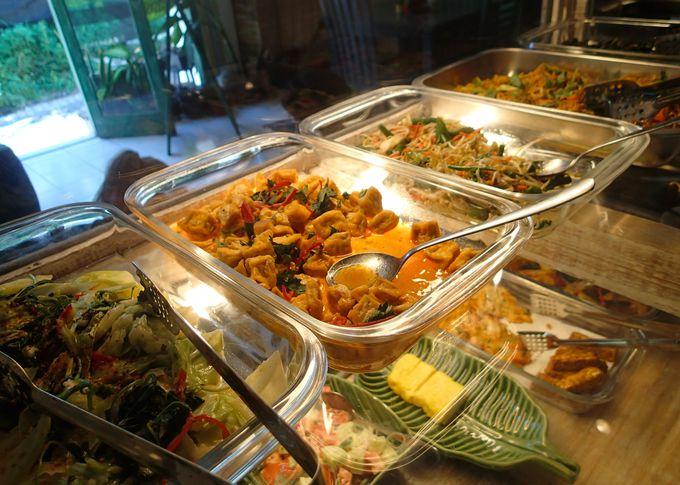 定番「ナシ・チャンプル」はインドネシアのお母さんの味
