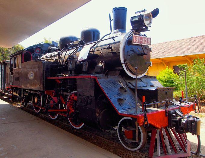 かつてベトナムを走り抜けた蒸気機関車と記念撮影!