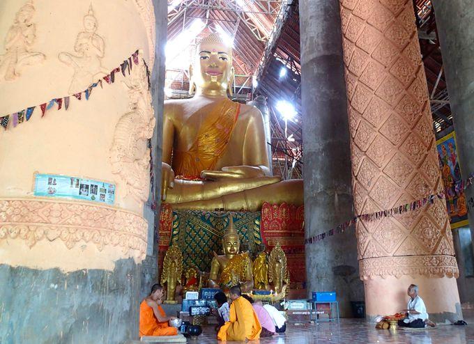 修復作業が進む「18腕尺の仏陀のビハーラ」の黄金仏