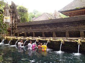 聖なる泉沸くバリ島の願掛け寺で沐浴に願いを込めて「ティルタ・ウンプル寺院」