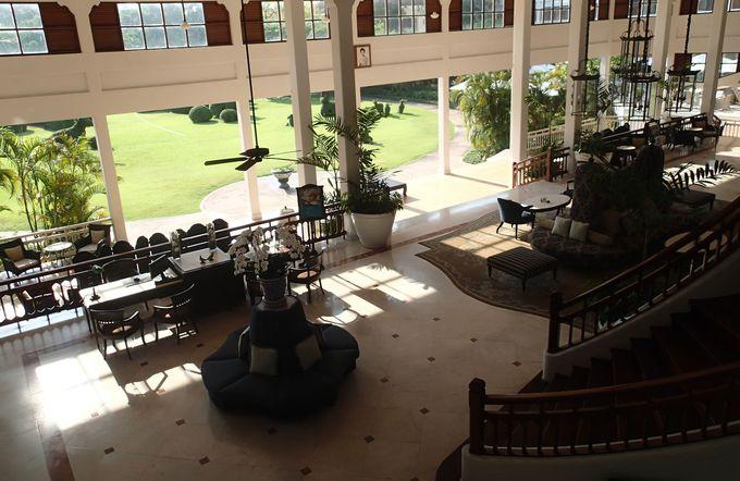 ロイヤル・ファミリーが愛するフアヒンビーチに建つ白亜のホテル