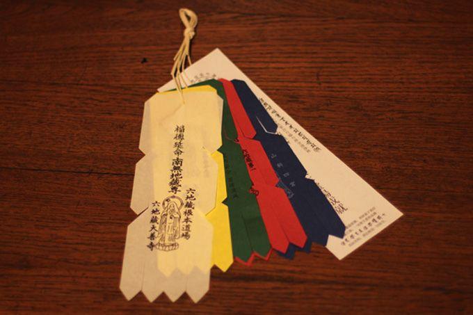 赤・青・黄・緑・白の「お幡」は束ねて家の入り口に