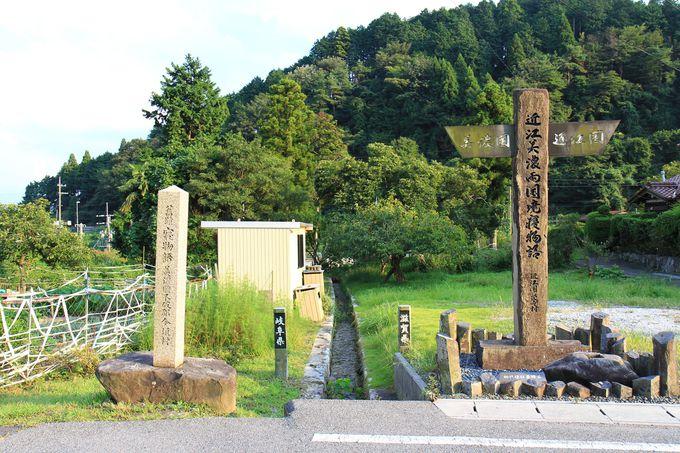 高い石柱が二本立つ場所が、滋賀と岐阜の県境