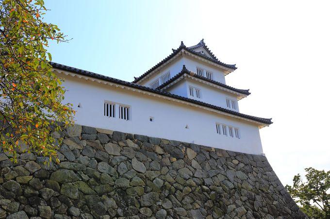 尾根を切断して作られた守りの要「西の丸三重櫓」