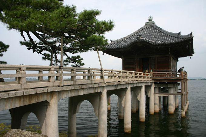 琵琶湖に浮かぶ「浮御堂」