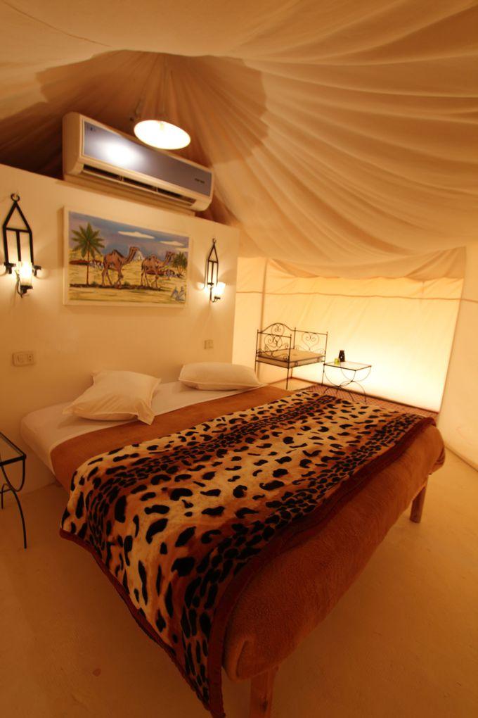 砂漠なのに!?ホットシャワー、冷房、トイレ完備の豪華テントホテル