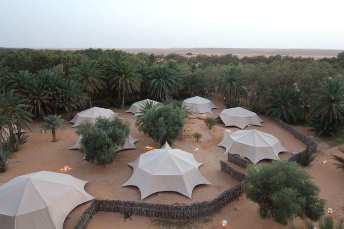 絶景!「赤い砂丘」が360° 砂漠のオアシス・クサールギレン