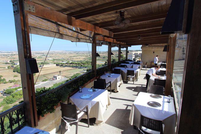 スペクタクルな景色とともに!滋味あふれる地中海料理を味わえるレストラン