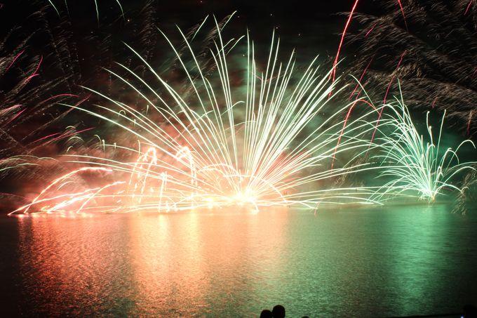 毎年、夏限定!湖上の花火は那須高原の代名詞!湖面に煌く火の鳥の乱舞に大興奮!!
