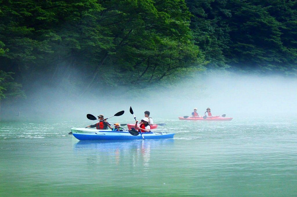幻想的な霧のダム湖で自然を満喫