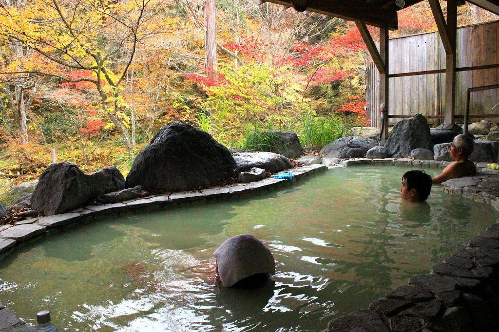 これが春夏秋冬、絶景が楽しめる源泉かけ流しの露天風呂『高尾の湯』