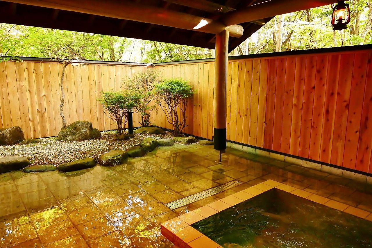貸切りで安心、のんびりと自然の林の中の露天風呂が愉しめる