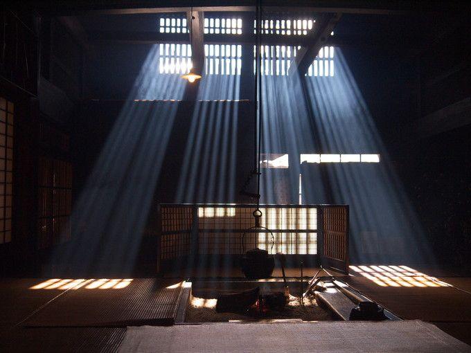 神秘的な囲炉裏の光(正面から)
