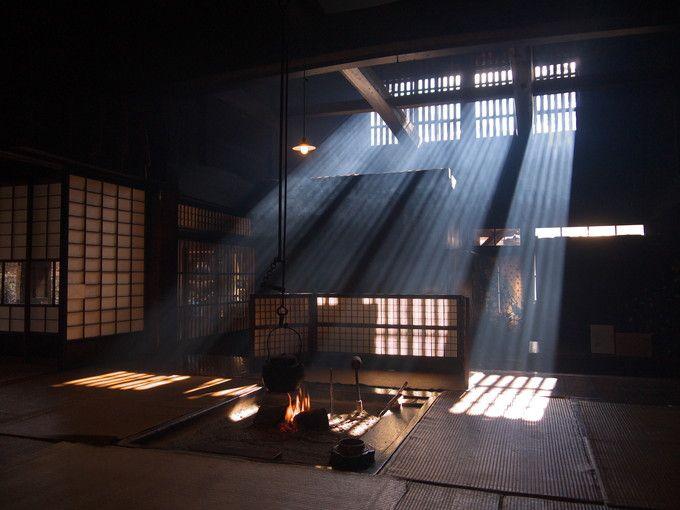 神秘的な囲炉裏の光(少し斜めから)