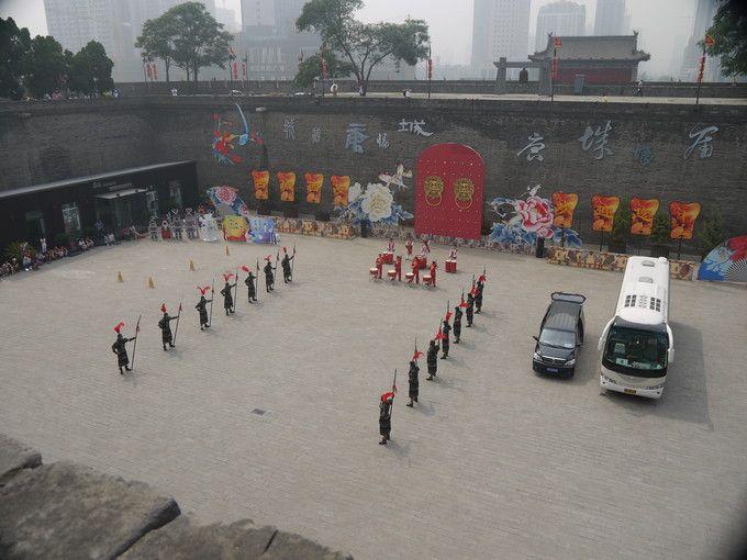 広場での武闘演技