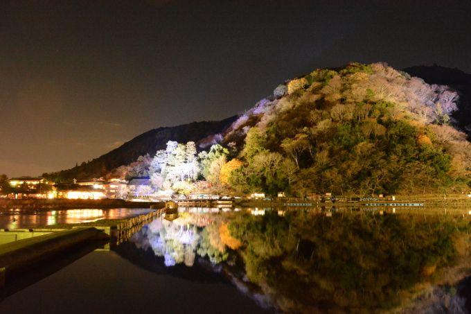 川面に映るライトアップ