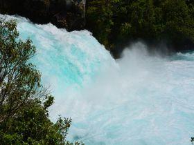 コバルトブルーの奔流「フカ滝」、ニュージーランド北島の観光スポットを見逃すな!
