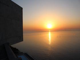 絶景の宿!急斜面に立つ安藤忠雄建築「TOTOシーウィンド淡路」|兵庫県|トラベルjp<たびねす>