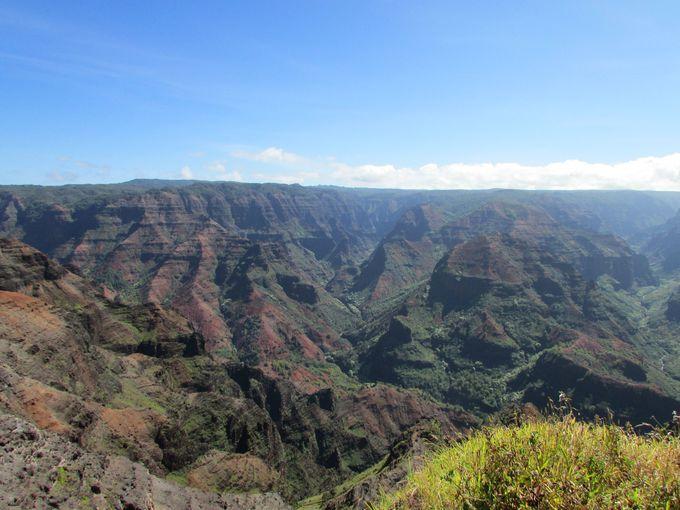 ハワイ諸島誕生の歴史を、険しく美しい山々から感じる