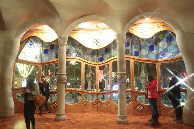 これがカサ・バトリョの美しい内部だ!!