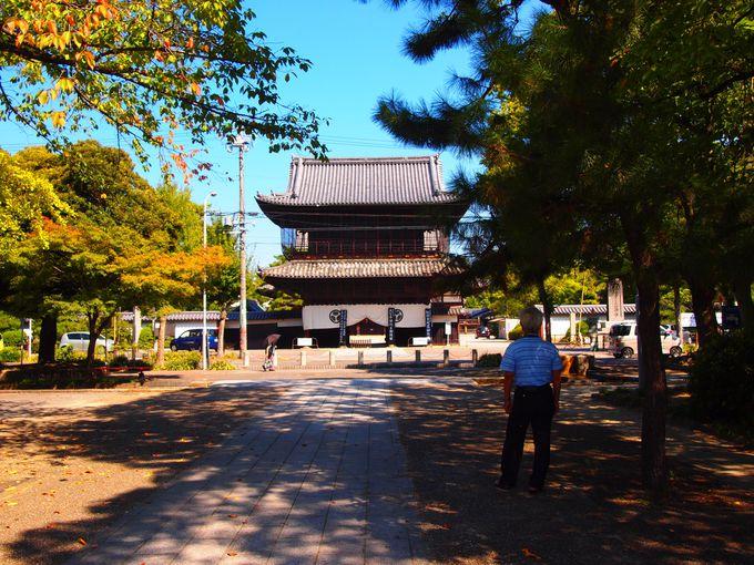 創建当時から残る建中寺の山門
