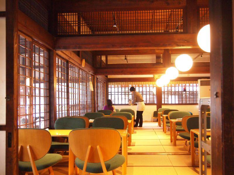 """京都「佛光寺」お寺の中の和カフェ""""d食堂""""が四季折々に美しい"""