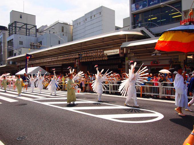 八坂神社御旅所前を行く鷺踊