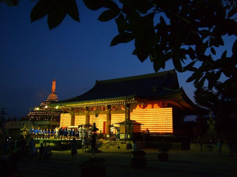 夜の闇に浮かび上がる!京都・壬生寺「盂蘭盆・万灯供養会」