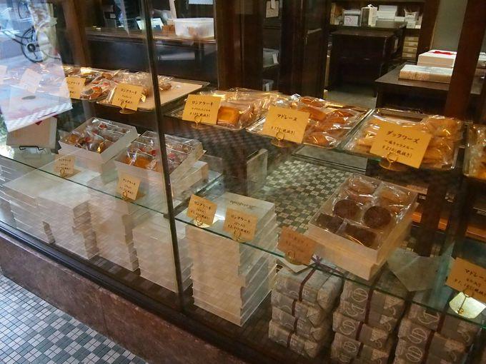レトロなショーケースに並ぶお菓子たち
