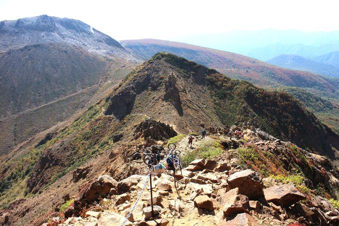【スリリングポイント2.】鎖をつたって尾根を歩けば登山家気分を満喫