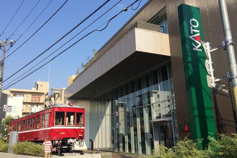 鉄道模型のパイオニア「KATO」本社ビルは、「赤い電車」が目印!
