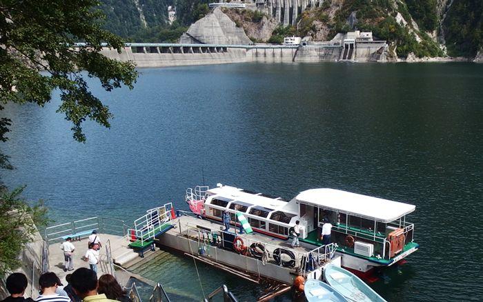 遊覧船「ガルベ」でエメラルドグリーンの湖面に酔いしれよう!