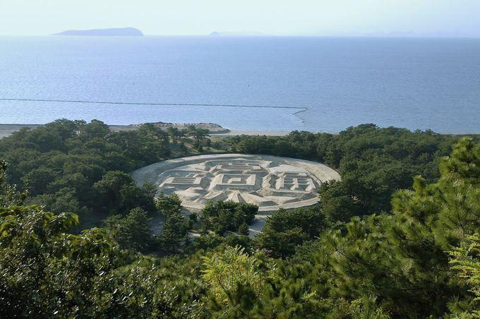 展望台から見た「銭形砂絵」