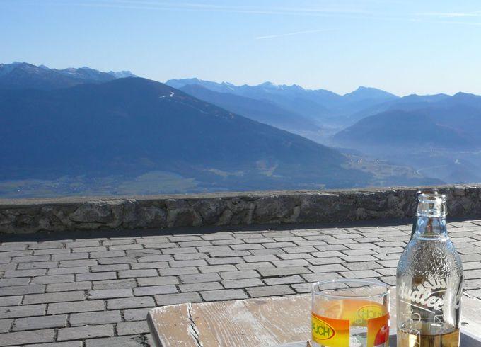 イタリアへと続く南チロルの山々を見ながら、乾杯は最高気分!