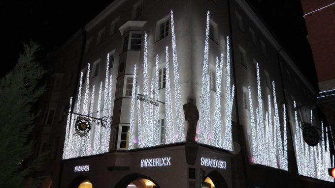 豪華にまぶしく輝くスワロフスキー・クリスタル