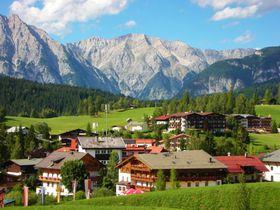 オーストリア・チロル地方のゼーフェルトで、雄大なアルプス山脈の自然と高原リゾートを満喫!