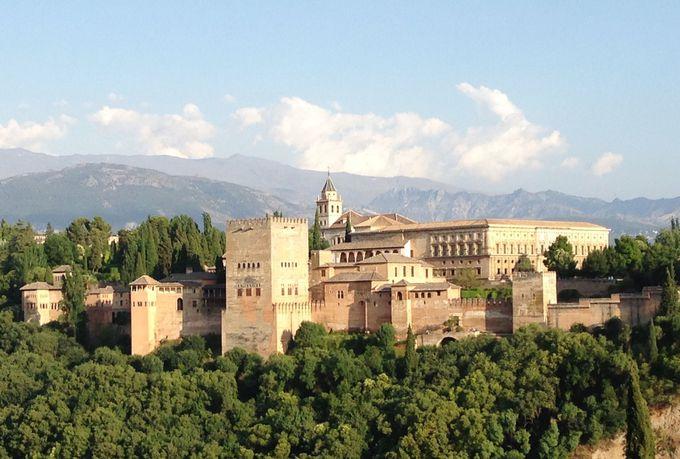 サン・ニコラス展望台から眺める壮大なアルハンブラ宮殿!