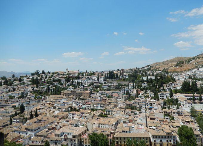 アルハンブラ宮殿から望む絶景、白亜のアルバイシン地区。