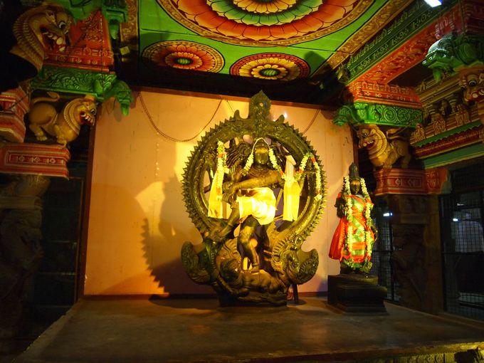 インド人に人気の神々が集まる内部