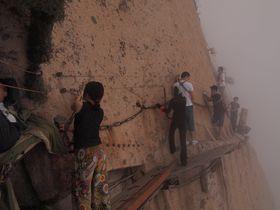 命がけのアクティビティ!中国・世界一危険な登山道「長空桟道」