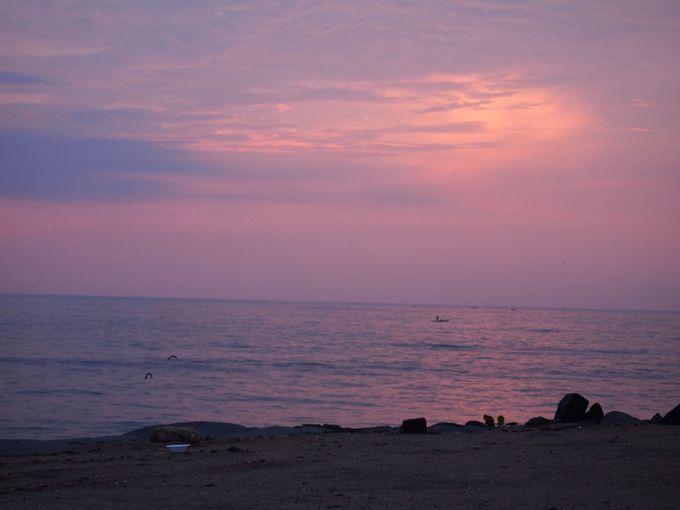ベンガル湾の朝日を楽しむ