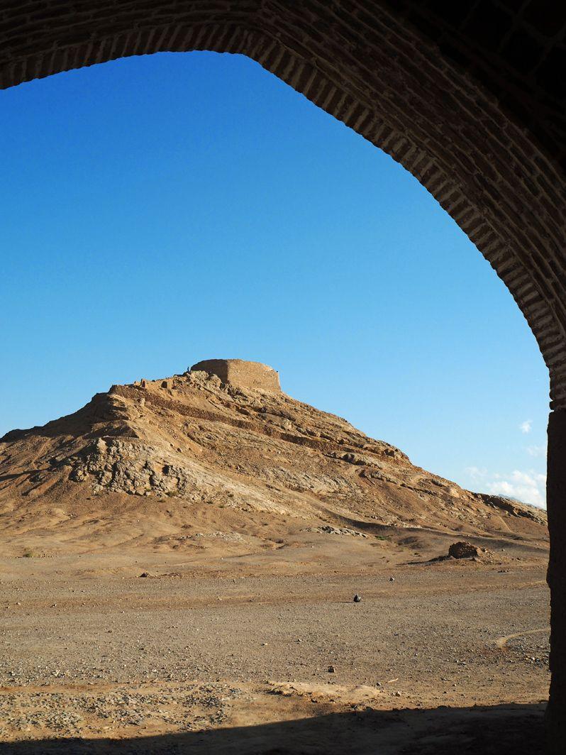 ゾロアスター教の鳥葬の地「沈黙の塔」がそびえる!