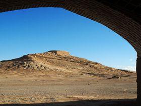 イランのヤズドでゾロアスター教の聖火と鳥葬の地「沈黙の塔」を見よう!