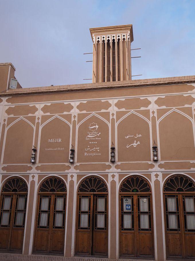 MEHRは、日干し煉瓦のベージュ色の門構えのホテルだった!