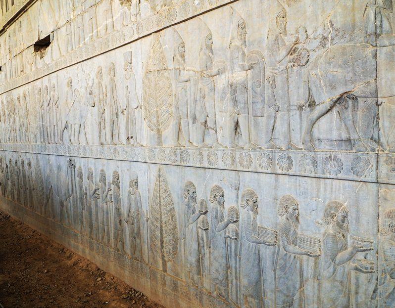 アパダーナ東階段のレリーフはペルシア帝国の栄華を表す!