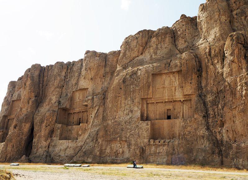 ナグシュ・ロスタムは巨大な磨崖に彫り込まれた王墓だった!