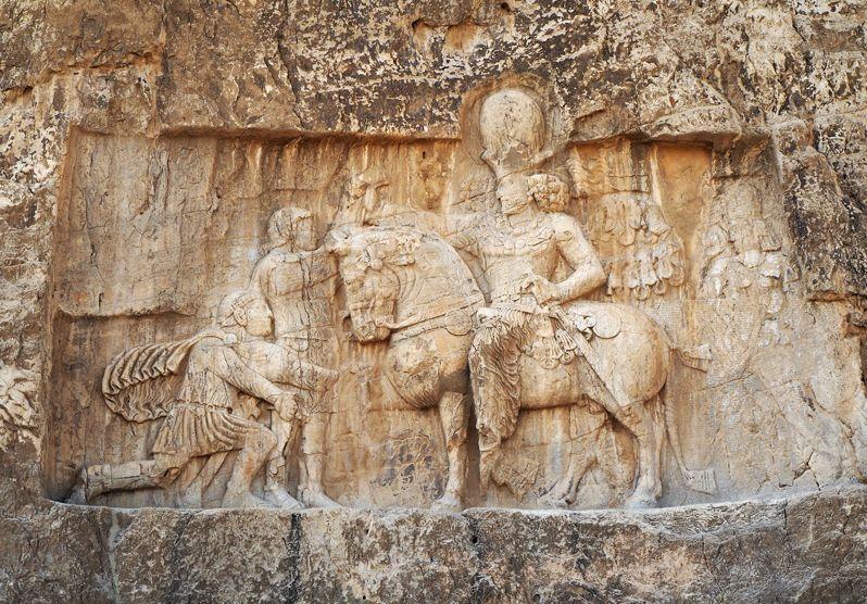 ローマ皇帝を捕虜としたレリーフは歴史の教科書に登場する場面だった!