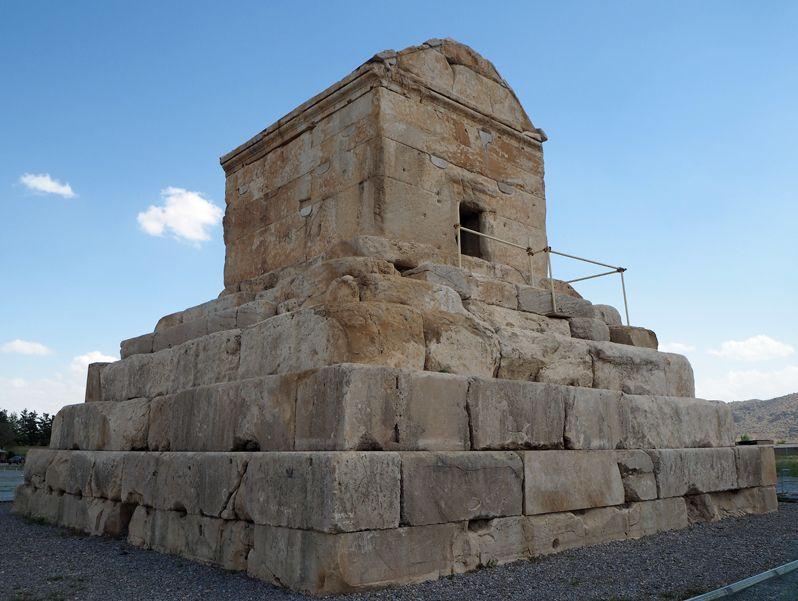 パサルガダエのキュロス2世墳墓は堂々たる建築物だった!