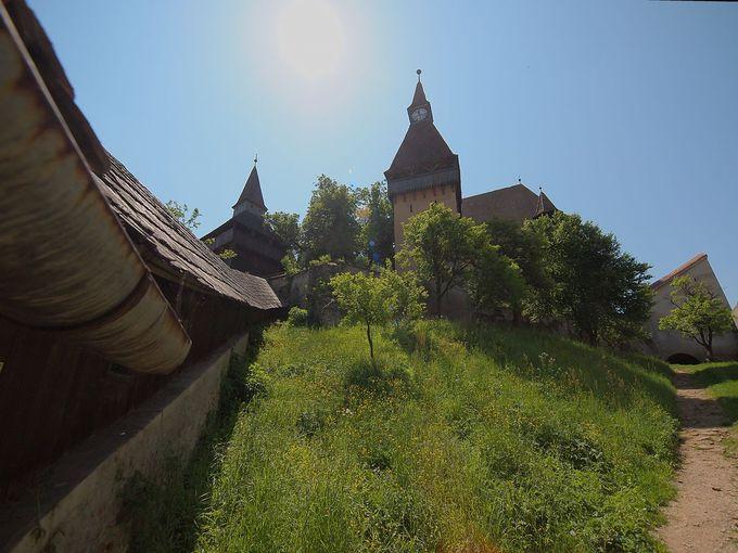 ヨーロッパ有数の堅固な三重の砦に囲まれた教会:ピエルタン城塞教会